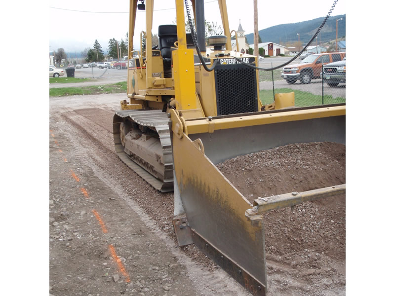D5 Caterpillar spreading gravel